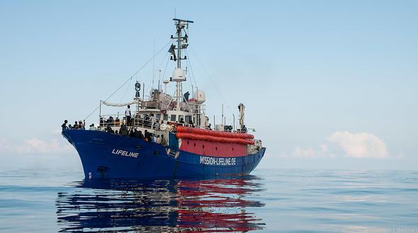Lifeline: Deutsches Schiff mit Flüchtlingen sitzt im Mittelmeer fest - Politik