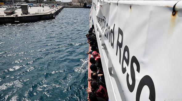 Spanien nimmt Rettungsschiff mit 629 Flüchtlingen auf