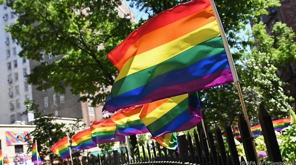 Juni Mehrere US-Botschaften zeigen zum Gay-Pride-Month Regenbogenflagge