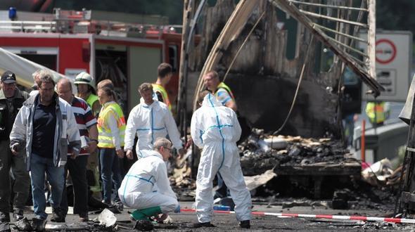 Schwerer Busunfall in Bayern - Polizei befürchtet bis zu 17 Tote