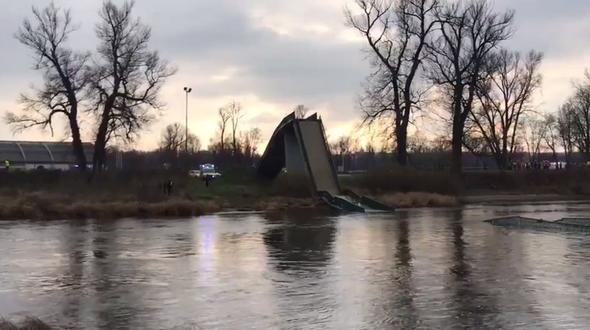 Prager Fußgängerbrücke stürzt plötzlich in die Moldau