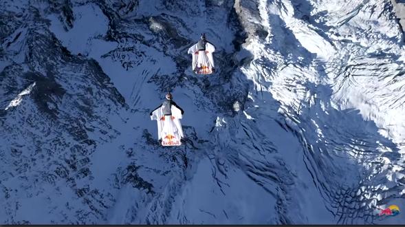 Basejumper fliegen von Jungfrau ins Flugzeug