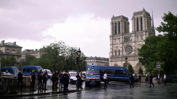 Polizist schießt bei Notre-Dame auf Hammer-Angreifer