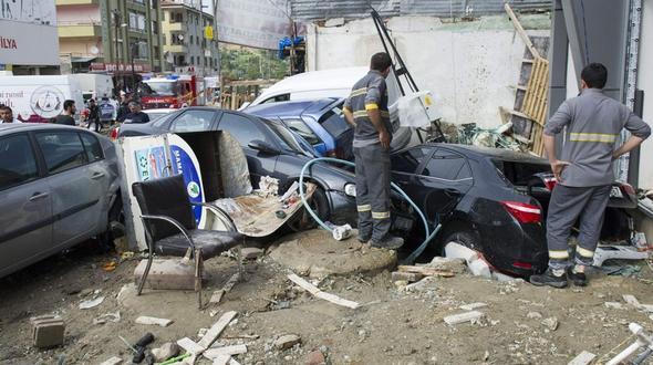 Flutwelle reißt Fahrzeuge mit Schwere Unwetter in Ankara verwüsten Straßen