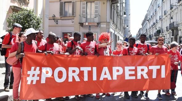 Unzählige Menschen haben sich in Italien einer Kampagne für die Seenotrettung von Flüchtlingen im Mittelmeer angeschlossen.