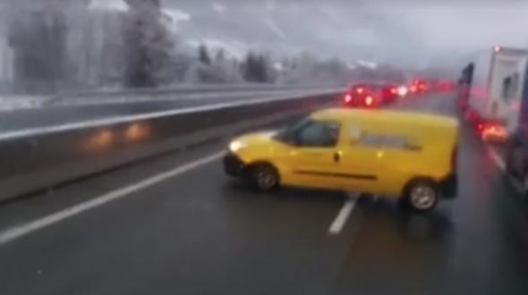 Postlerin wendet auf Autobahn und fährt durch Rettungsgasse davon