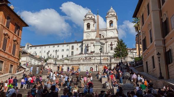 Sitz-Verbot: Roms Polizei vertreibt Touristen von der Spanischen Treppe