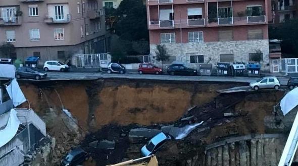 Erdrutsch reißt Autos in die Tiefe