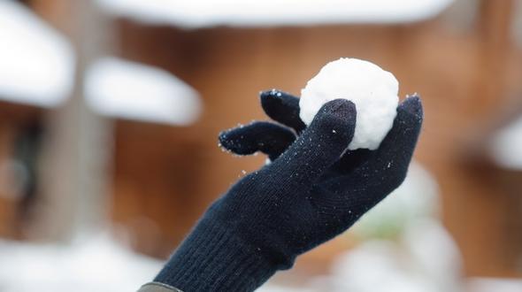 Schneebälle: Urlauber zerrt Kind zur Polizei