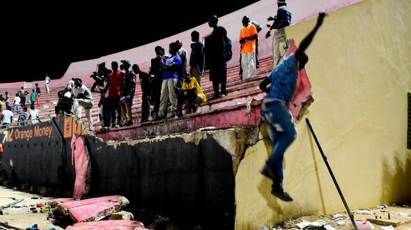 Fußball: Acht Tote bei Massenpanik in Stadion im Senegal class=