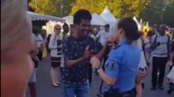 Berlin: Karneval der Kulturen: Tanzende Polizistin begeistert Hunderttausende