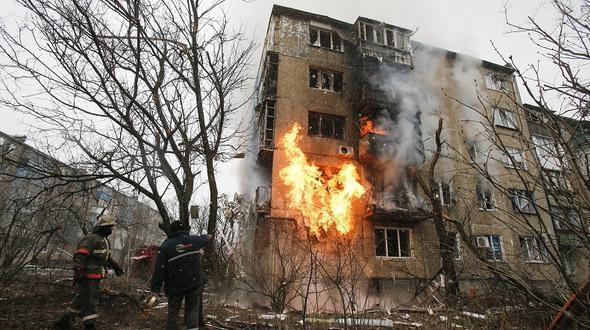 Feuerwehrmänner versuchen in donezk den durch einen granateneinschlag